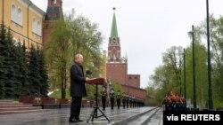 전승기념일을 맞아 모스크바 무명용사 묘 근처에서 연설하는 블라디미르 푸틴 러시아 대통령