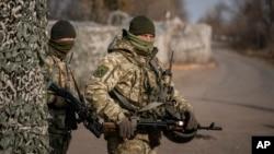 Украинские военнослужащие на блокпосте (архивное фото)