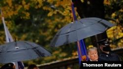 El presidente Donald Trump, acompañado de la primera dama, Melania Trump, a su llegada el miércoles, 11 de noviembre de 2020, al cementerio de Arlington, en Virginia, como tributo en el Día de los Veteranos.