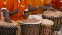 Un millier de personnes accueillent le corps de Cheick Tioté en Côte d'Ivoire (vidéo)
