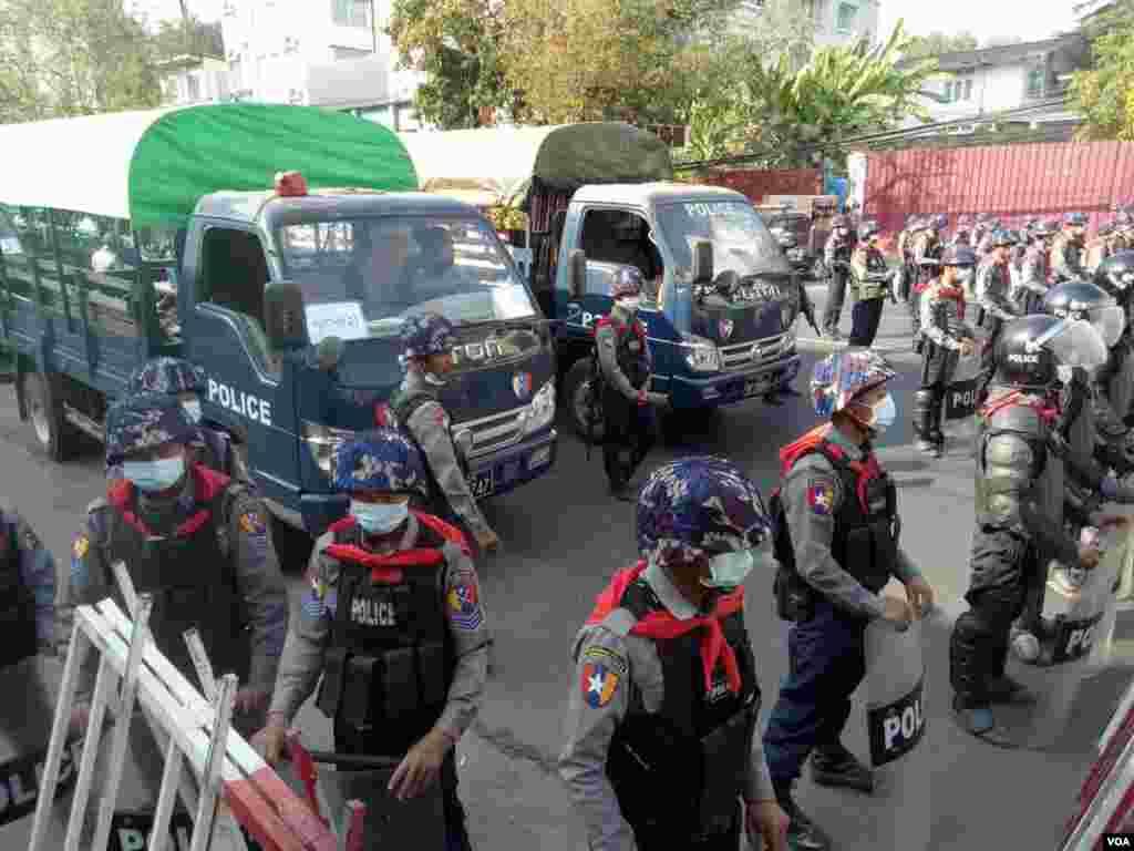 ရန္ကုန္ NLD ႐ုံးကို ဝင္စီးတဲ့ ျမင္ကြင္း။