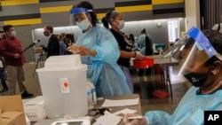 Petugas medis mempersiapkan vaksin COVID-19 untuk memberikan vaksinasi massal bagi remaja di San Pedro, California (foto: dok).