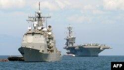 នាវាចម្បាំង Carl Vinson (រូបស្តាំ) និងនាវា USS Bunker Hill (រូបឆ្វេង) ចតនៅឈូងសមុទ្រម៉ានីល កាលពីថ្ងៃទី១៥ ខែឧសភា ឆ្នាំ២០១១។