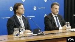 Archivo - El presidente de Uruguay, Luis Lacalle Pou (izq) junto al ministro de Salud, Daniel Salinas, durante una conferencia de prensa en Montevideo, Uruguay.