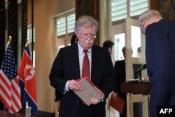 존 볼튼 미국 백악관 국가안보보좌관이 지난해 2018년 6월 싱가포르에서 열린 미-북 정상회담 공동합의문 서명식에 입장하고 있다.