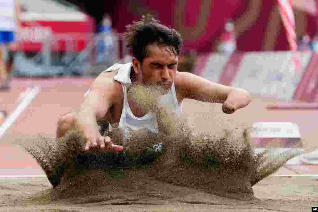 حسین رسولی، ورزشکار افغان در مسابقات پارا المپیک توکیو ۲۰۲۰ در بخش خیز ۴۷ متر مردان به رقابت پرداخت. آقای رسولی پس از اینکه طالبان شهر کابل را تصرف کرد خود را فرانسه رساند و از آنجا در در این دور مسابقات اشتراک کرد.