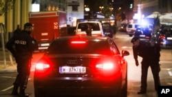 Polisi memeriksa mobil di lokasi setelah terdengar suara tembakan, di Wina, Senin, 2 November 2020. (Foto: AP)
