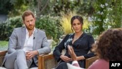 Prince Harry (kushoto) na mkewe Meghan, wakiwa katika mahojiano ya televisheni na Oprah Winfrey. - March 7, 2021…