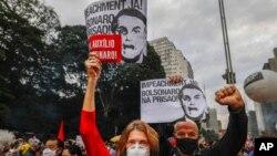 """Demonstranti drže transparente sa porukom: """"Opoziv odmah! Uhapsiti Bolsonara"""" na protestu protiv brazilskog predsednika u Sao Paolu, 19. juna 2021."""