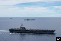 ناوهای هواپیمابر رونالد ریگان و نیمیتز متعلق به نیروی دریایی ایالات متحده در یک آرایش نظامی در دریای جنوب چین. آرشیو، ۶ ژوئیه ۲۰۲۰