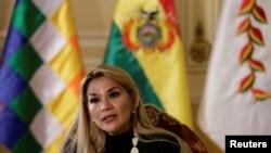 La presidenta interina de Bolivia, Jeanine Áñez, dijo que enviar a los estudiantes a clases aumenta el peligro de contagio de COVID-19 entre ellos y sus familiares.