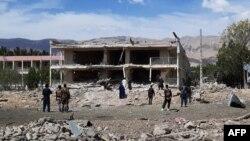 Oficiales de seguridad afganos inspeccionan un edificio del servicio de inteligencia destruido por un ataque con explosivos de los talibán, el 13 de julio, en la localidad de Aybak.