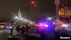 نیویارک، پیدل راہگیر اور گاڑیاں آسمان پر اٹھتی رنگین روشنیوں کو دیکھنے کے لیے رک گئے۔ 27 دسمبر 2018