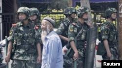 Bölge başkenti Urumçi'de bir pazar yerinde önlem alan güvenlik güçleri