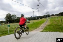 Pengendara sepeda gunung menggunakan lift sepeda di area Wexl Trails, St. Corona am Wechsel, Lower Austria pada 23 Juli 2021.