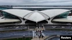 Bandara JFK New York menjadi yang pertama di AS yang memulai program pemantauan yang lebih ketat guna mencegah penyebaran penyakit Ebola. (Reuters/Eduardo Munoz)