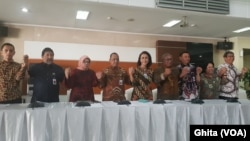 Sembilan Pansel Capim KPK Periode 2019-2023 dalam konferensi Pers Capim KPK yang lolos Profile Assessment, di Gedung Sekretariat Negara, Jakarta, Jumat (23/8) (Foto:VOA/Ghita)