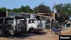 지난해 9월 나이지리아 보르노주 베니셰이크에서 무장단체 보코하람의 공격으로 불에 탄 건물과 차량들. (자료사진)