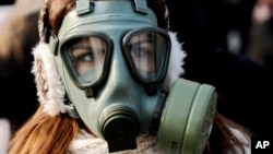 Một phụ nữ đeo mặt nạ tham gia biểu tình phản đối ô nhiễm không khí ở Macedonia.
