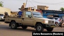 Des membres des forces de sécurité patrouillent dans la capitale à N'Djamena, au Tchad, le 26 avril 2021.