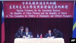 两国外长柯克(左)和杨进添(右)签署协定