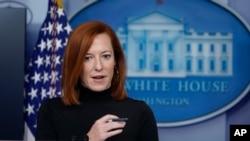 젠 사키 미국 백악관 대변인이 3일 정례브리핑에서 기자들의 질문에 답하고 있다.