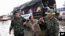 泰国士兵11月2日帮助人们撤离曼谷被洪水淹没的地区