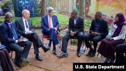 Waziri wa mambo ya nje wa Marekani John Kerry na Balozi Robert Godec wakutana na wawakilishi wa asasi za kiraia mjini Nairobi