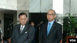Gubernur Bank Indonesia Agus Martowardojo (kiri) dan Menteri Keuangan Chatib Basri di Kementerian Keuangan, Jakarta, Senin, 6 Oktober 2014 (Photo: VOA/Iris Gera).