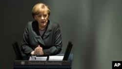 លោកស្រីអធិការបតី អង់ហ្កែលឡា មឺកែល (Angela Merkel) ថ្លែងសុន្ទរកថាអំពីវិបត្តិនៅអ៊ុយក្រែននៅឯក្នុងសភាជាតិអាល្លឺម៉ង់នៅក្នុងរដ្ឋធានីប៊ែរឡាំង កាលពីថ្ងៃព្រហស្បតិ៍ទី១៣ មីនា ២០១៤ នេះ។