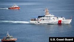 """美国海岸警卫队资料照片:新型快速反应巡逻舰""""默特尔·哈扎德号""""通过阿普拉港,驶近该舰位于关岛圣丽塔的新母港。(2020年9月24日)"""