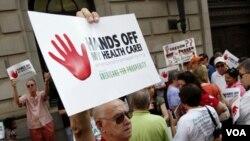 Mike Griffith, warga Canton, Georgia melakukan unjuk rasa untuk menentang UU layanan kesehatan Amerika (foto: dok.).