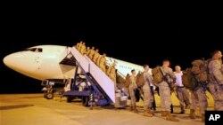 រូបថតរបស់ក្រសួងការពារជាតិអូស្រ្តាលីកាលពីថ្ងៃទី៣ មេសា ២០១២ បង្ហាញអំពីទាហានអាមេរិក២០០នាក់ដែលត្រូវដាក់ប្រចាំការនៅ RAAF Base Darwin ខណៈដែលសហរដ្ឋអាមេរិកពង្រឹងវត្តមានយោធាក្នុងតំបន់យុទ្ធសាស្ត្រសសំខាន់ៗ។ Christopher Dickson/AFP/Getty Images