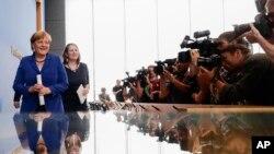 Kanselir Jerman Angela Merkel meninggalkan konferensi pers di Berlin (28/7). (AP/Markus Schreiber)