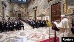 Paus Fransiskus berbicara kepada para diplomat di Vatikan hari Kamis (9/1).