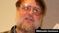 Ray Tomlinson, pencipta surat elektronik atau email.