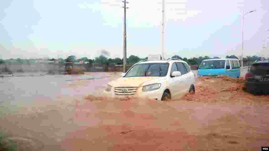 Angola, Luanda. As estradas completamente alagadas não travam os automobilistas, à entrada do Kilamba. A chuva na capital cai desde há uma semana. 29 de Abril 2014