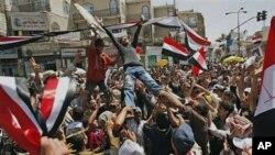 살레 대통령의 퇴진을 요구하는 예멘 시위대