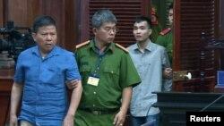 Ông Châu Văn Khảm và ông Trần Văn Quyền được dẫn đến tòa án ở Tp. Hồ Chí Minh hôm 11/11/2019.