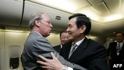 美国在台协会理事主席薄瑞光在旧金山登机迎接马英九过境
