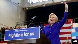 미국 대선에 출마한 민주당의 힐러리 클린턴 후보가 6일 캘리포니아주 롱비치에서 열린 선거유세에서 지지자들을 향해 손을 흔들고 있다.