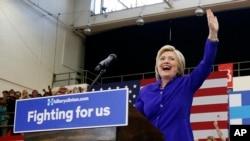 Ứng cử viên tổng thống của Đảng Dân chủ Hillary Clinton (trái) trong một buổi mít tinh ngày 6 tháng 6 năm 2016.