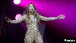 """Jennifer López es reconocida también por las curvas que se muestran a través de su ceñida vestimenta, lo que la convirtieron en un símbolo sexual. Su primer esposo, Ojani Noa, le puso el apodo de """"guitarra"""" por la forma de su cuerpo."""