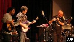 Muzikanti Bela Flek ribashkohet me grupin The Flektones