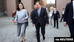 Švedski premijer Stefan Lofven i ministarka prosvjete Ana Ekstrom izlaze iz parlamenta poslije glasanja 21. juna 2021. (Foto: Reuters)