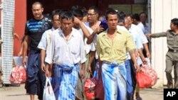 ພວກນັກໂທດການເມືອງມຽນມາ ກໍາລັງເດີນອອກຈາກຄຸກ Insein