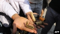 缅緬甸曼德勒市的一名抗議者展示保安部隊向抗議集會人群開槍射擊的子彈彈殼。(2021年2月26日)