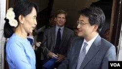 Aung San Suu Kyi (kiri) dan utusan AS Joseph Yun dalam pertemuan di Birma, 10 Desember 2010.