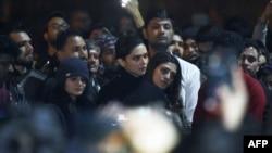 سمرتی نے کہا کہ دیپیکا ان لوگوں کے ساتھ کھڑی تھیں جو پولیس جوان کے مرنے پر خوش ہوتے ہیں۔