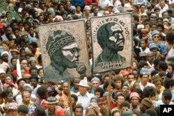 Cartaz retratando Amílcar Cabral e Aristides Pereira.